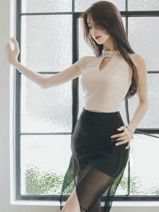 窗前高抬腿美模黑纱裙飘逸侧颜迷人