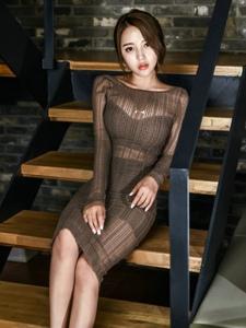 楼梯上的瓜子脸模特透视裙身材娇小玲珑咬唇诱惑