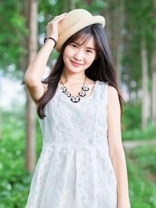 森林内的帽子白裙少女清风拂动