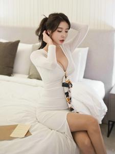 酒店内低胸裙美模雪白美胸勾人魂魄