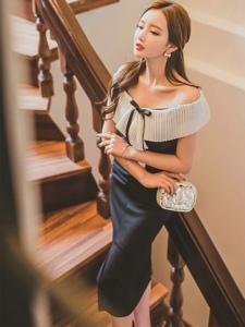 倚靠扶梯美模一字肩裙小秀锁骨身材比例完美