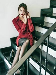 楼梯系耳环美模蕾丝裙搭鲜艳外套端庄优雅