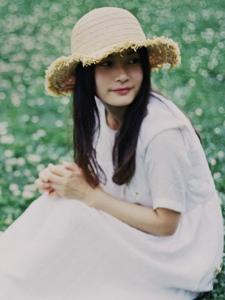 清纯妹子温柔郊外花丛中笑颜如花