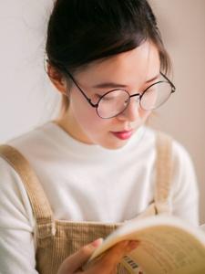背带裤呆萌眼镜少女私房沉浸书本海洋
