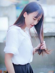 小巷内的黑发清纯美女自然随意写真