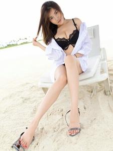沙滩上的比基尼衬衫美女美胸修长美腿勾人