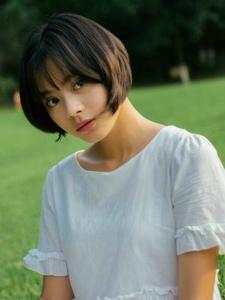 草坪上的白裙短发美女精致五官养眼写真