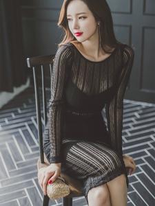 椅子翘腿美模透明黑纱裙尽显冷艳迷人