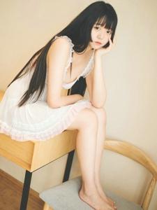 黑长直小萝莉穿性感睡衣私房粉嫩美腿写真