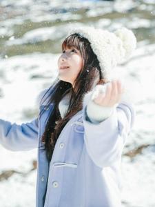 雪地内的白皙妹子呆萌可爱写真