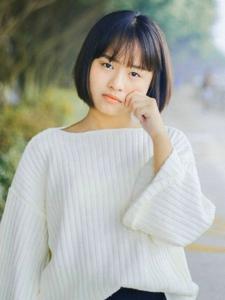 自信开朗短发美少女软萌户外写真