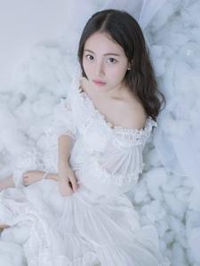 纯净私房内的白裙一字肩女神养眼写真