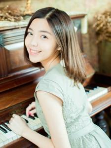 气质钢琴美女咖啡馆内大眼灵动迷人