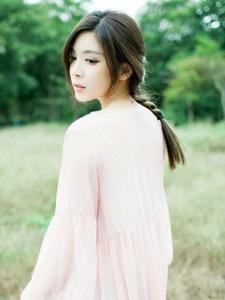 空阔荒野中的气质麻花辫美女温婉写真