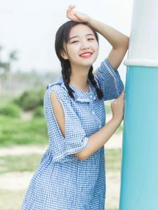 海边格子裙麻花辫清新妹子笑脸迷人
