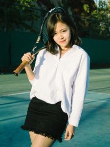 阳光下元气少女打网球活力十足