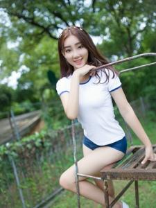 甜美少女运动服操场活力写真