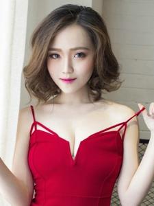 妖媚女人红裙吊带低胸美乳惊艳写真