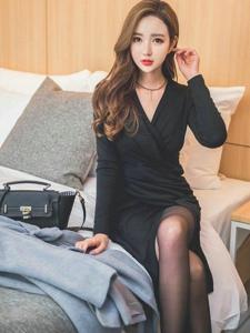 酒店床上知性美模黑裙韵味浓优雅妩媚