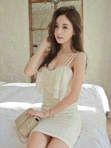 酒店内床上美女模特秀发凌乱吊带裙露乳撩人
