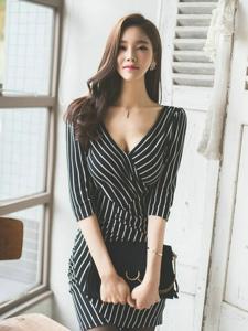 深V条纹裙美模秀乳沟优雅成熟魅力十足