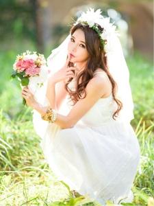 阳光下婚纱美女模特纯美动人吐舌俏皮可爱