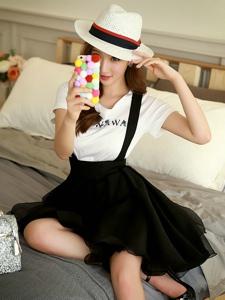 背带连衣裙美女模特坐在床上自拍凹造型