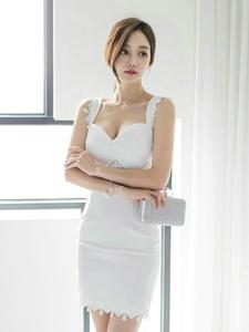 忧郁小脸美女模特吊带白裙肤白美胸娇艳动人