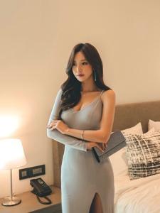 酒店内吊带高叉裙美女模特挤胸露乳沟