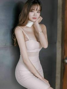 空气刘海美模似少女吊带抹胸裙小秀乳沟玩性感