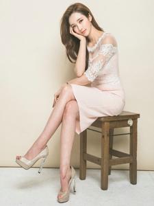 蕾丝透视裙美模显姣好身姿笑容甜美