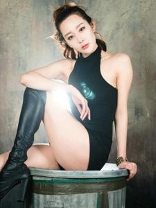 灯光美女模特利落连体裤秀香肩气质不凡