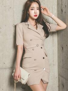 靠墙风衣美女模特知性摩登造型清爽