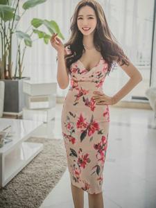客厅快乐美模碎花裙清纯动人肌肤娇嫩白皙