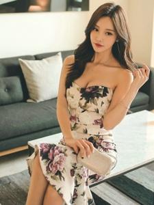 桌子美模抹胸碎花裙秀乳沟玩性感靓丽迷人