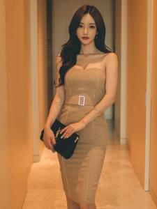 酒店内气质美模抹胸裙秀诱人酥胸