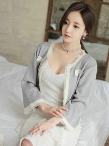 酒店床上小脸美模吊带低领白裙露美乳搭小香风外套