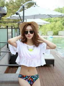 户外泳池岸上草帽美女模特娇俏可人