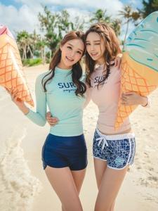 沙滩上冰淇淋姐妹美模软萌甜美窈窕迷人