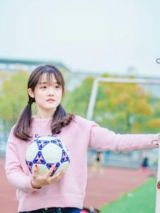 双马尾妹子抱着足球活泼可爱
