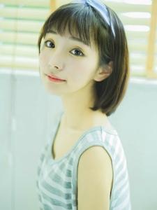 戴发箍的短发大眼美少女清新可爱很迷人