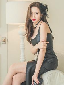 美艳吊带皮裙美模秀性感美腿热辣吸晴