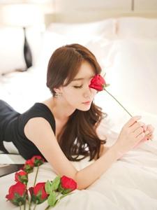 酒店床上的鲜花模特深V条纹裙比花娇艳