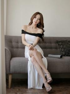 沙发上高叉裙中分美女模特秀丰胸美腿
