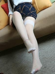 小图妹沙发上的白皙美腿裸足诱惑写真