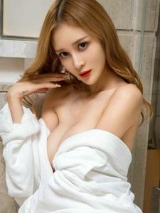 浴袍裹体美女性感真空巨乳雪白肌肤