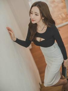 楼梯上的开胸裙美模露事业线美艳动人