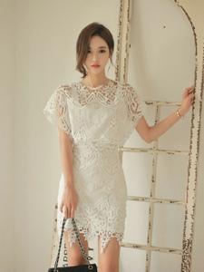 蕾丝镂空裙美模映衬婀娜多姿优雅迷人