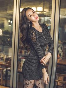 成熟波浪美模蕾丝毛衣裙外搭皮草贵气逼人
