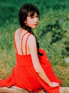 郊外草坪上的吊带红裙娇艳女神美背怡人